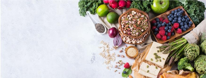 Des fruits, légumes et noix sur une table