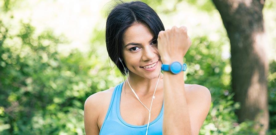 Une coureuse portant une montre intelligente