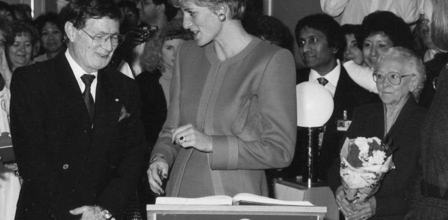 Diana, princesse de Galles, accompagnée du Dr Wilbert Keon, à l'Institut de cardiologie d'Ottawa, en 1991.